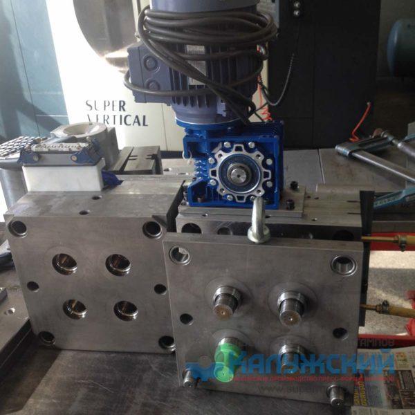 Пресс-форма для изготовления пластиковых колпачков (в работе)